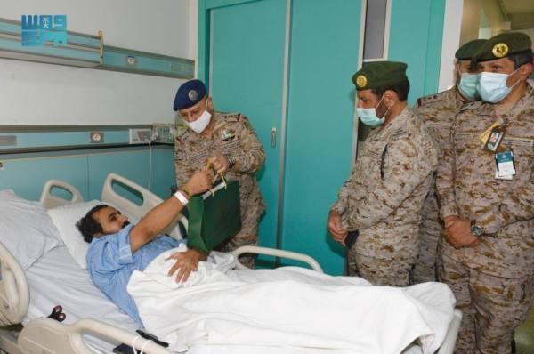 رئيس هيئة الأركان يزور مصابي القوات المسلحة بمناسبة اليوم الوطني