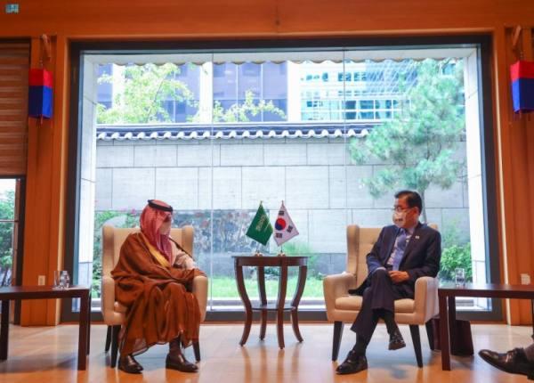 ابن فرحان يستعرض مع وزير خارجية كوريا الجنوبية العلاقات الثنائية