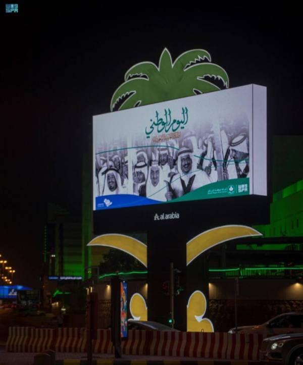 الشاشات الرقمية في الطرق الرئيسة بمدينة الرياض تضيئ بصور الملك المؤسس وأبنائه الملوك