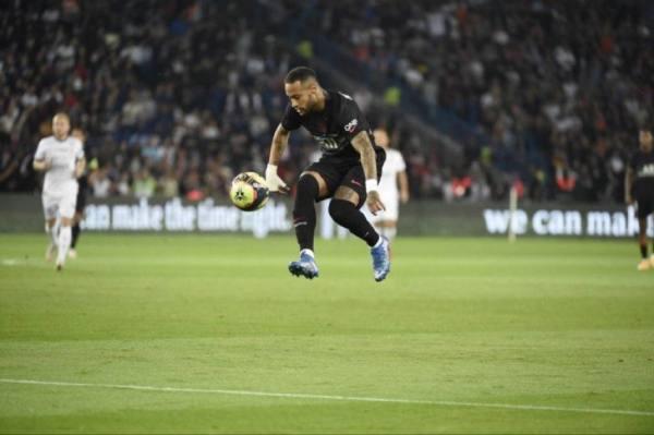 نيمار يروض الكرة في مباراة مونيليه الدورية