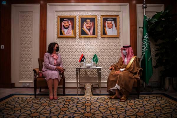 وزير الخارجية يناقش مع نظيرته الليبية القضايا الإقليمية والدولية
