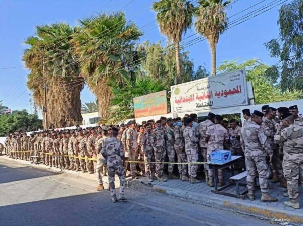 عسكريون وقوات أمنية يدلون بأصواتهم في الانتخابات البرلمانية بالعراق