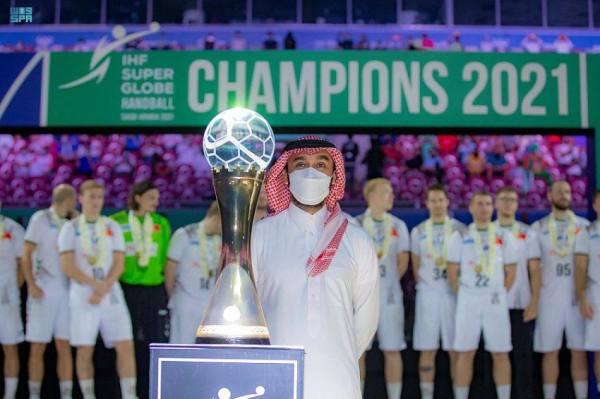 وزير الرياضة يتوج ماغديبورغ الألماني بلقب بطولة العالم للأندية لكرة اليد 2021