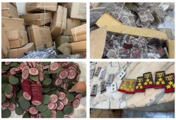 ضبط أكثر من 10 آلاف قطعة من الأنواط والرتب والشعارات العسكرية المخالفة في مستودع بالدرعية